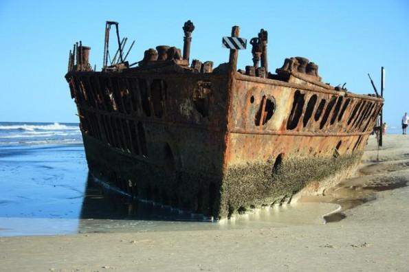 Foto: Michael Dawes Das Wrack der S.S. Maheno liegt seit 1935 am Strand von Fraser Island - und ist zum beliebten Fotomotiv der Insel geworden.